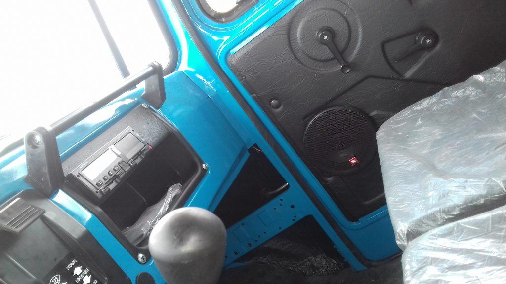 Установка магнитолы, внешних динамиков и антенны в кабину водителя